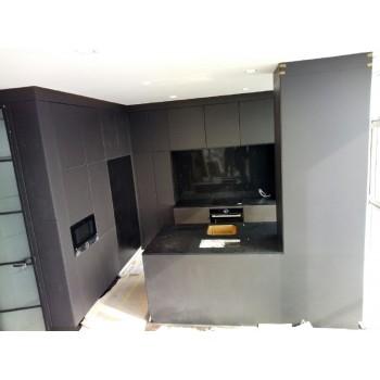 Кухня на заказ со столешницей, островом и стеновой панелью из искусственного камня кварца.&nb..