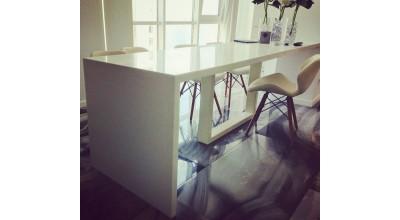 Стол из акрила для кухни