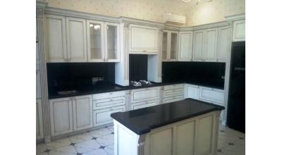 Угловая кухня с подиумом Италия с столешницей из искусственного камня Avant и кухонным островом